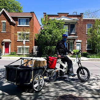 Volunteer delivering food