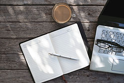 Laptop und Tagebuch Topview