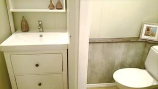 Bad - vaskeservant med dør inn til separat wc