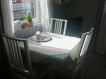 Kjøkkenbord på Pernillebu I