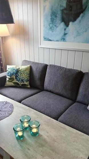 Sofa med storm på veggen