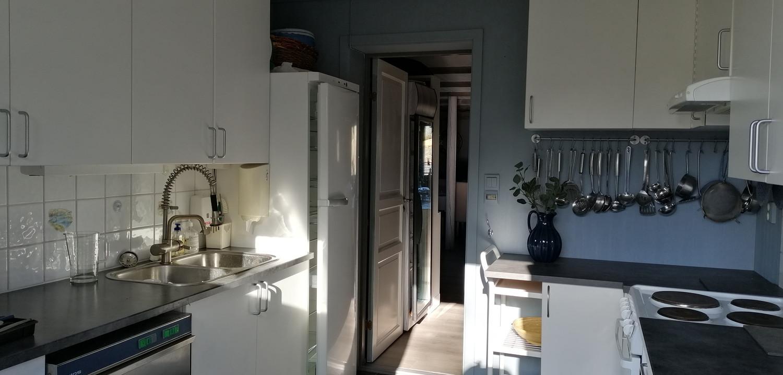Dør inn til Pernillestaua, dobbel oppvaskservant, steamer, kjøleksåp