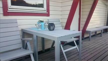 bord og stoler på terassen