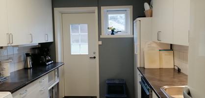 Eigen inngangsdør til kjøkken. Fryseskåp.