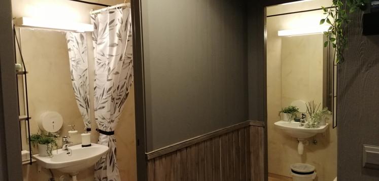Fra gangen med dør inn til to toaletter og dusj.