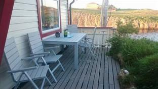 Bord og stoler på terrassen