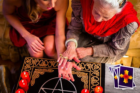 229633-675x450-psychic-doing-reading-on-