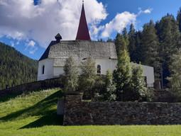 St. Gertraud mit Friedhof.jpg