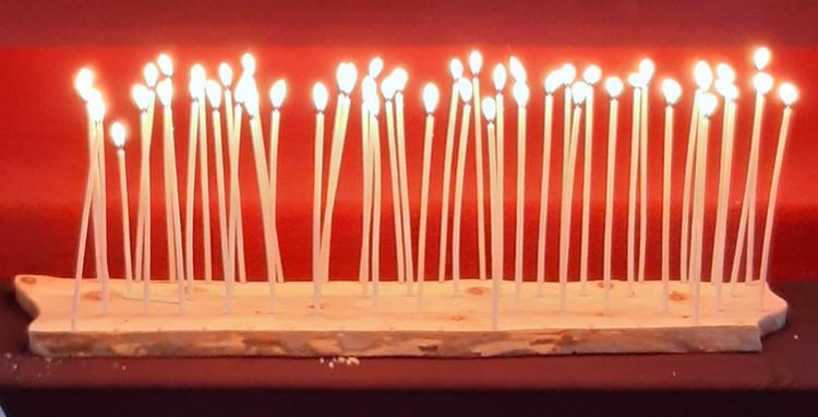 dünne brennende Kerzen.jpg