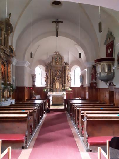 Gertraud.Kirche.innen.jpg