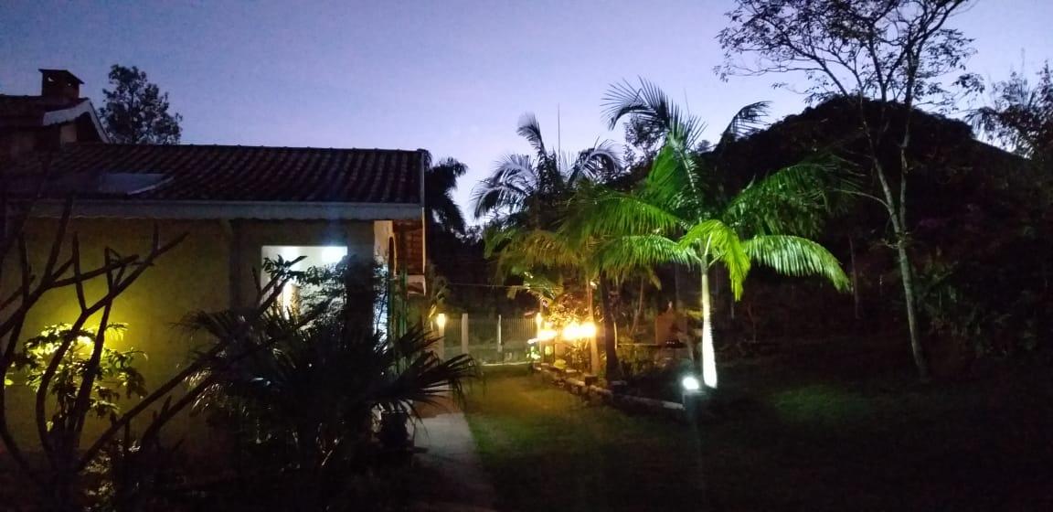 Vista noturna dos chalés