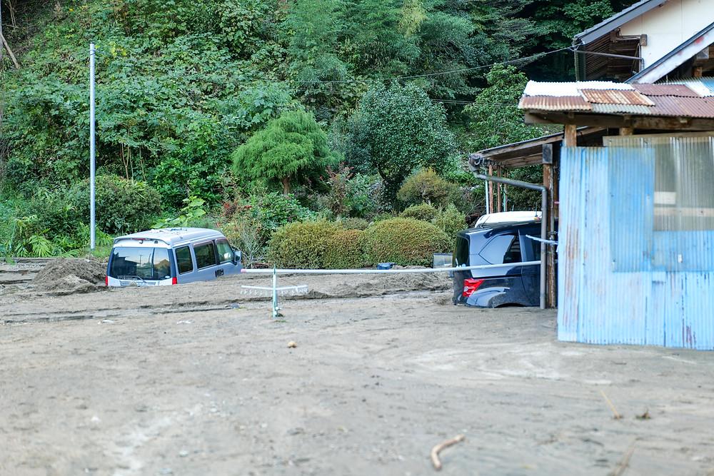 泥に埋まる車や家屋 Cars and homes under mud