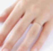Mince anneau sur le doigt