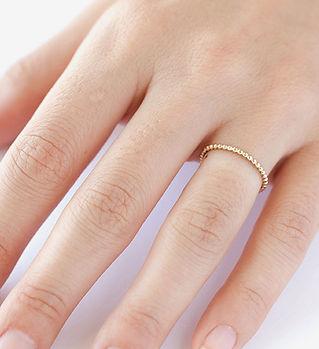 指に薄いリング