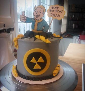 Fallout #thiswasfun #latelatelatepost #fallout #falloutcake #videogamecake #buttercream #f