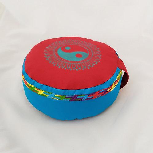 Coussin rond Rouge et bleu, motif Yin Yang bleu, galon assorti
