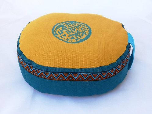 """Coussin Ovale moutarde et bleu canard, motif """"Zen"""" bleu, galon assorti"""