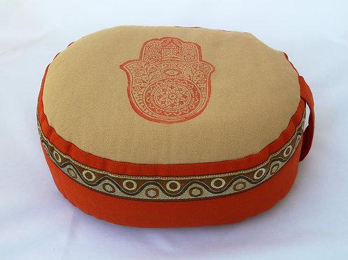 Coussin Ovale beige et orange brique, motif main de fatima orange et galon