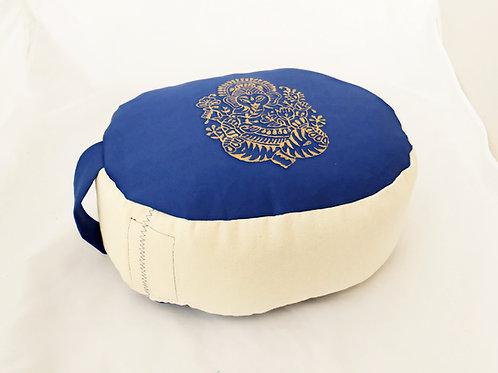 Coussin Ovale bleu et blanc ecru, motif ganesh or