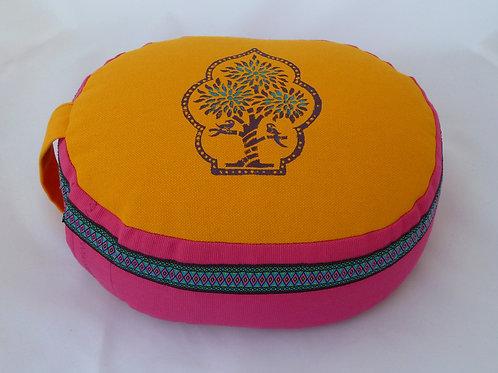 Coussin Ovale jaune orangé et rose, motif arbre à perroquets et galon