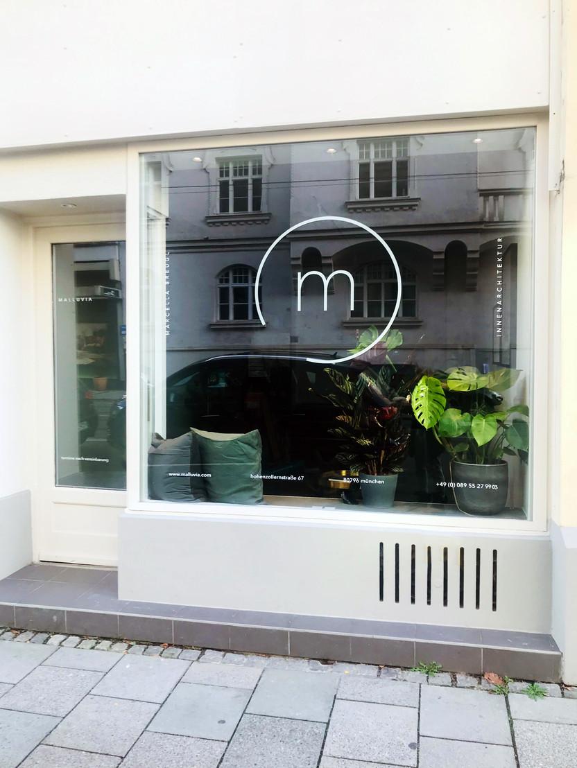 Malluvia Büro Schaufenster Marcella Breugl Innenarchitektur München Innenarchitektin Fenster.jpg