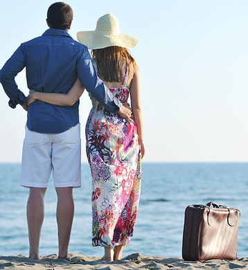 couple on beach with travel bag - Versio