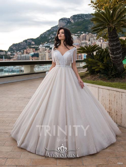 4354924fd845 Подвенечное платье Mirabella – этот эксклюзивный наряд с бисерной бахромой  дизайнерами TRINITY BRIDE предложен в белом цвете и айвори.