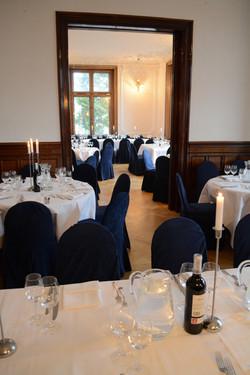 Weisse Tische mit blauen Stühlen