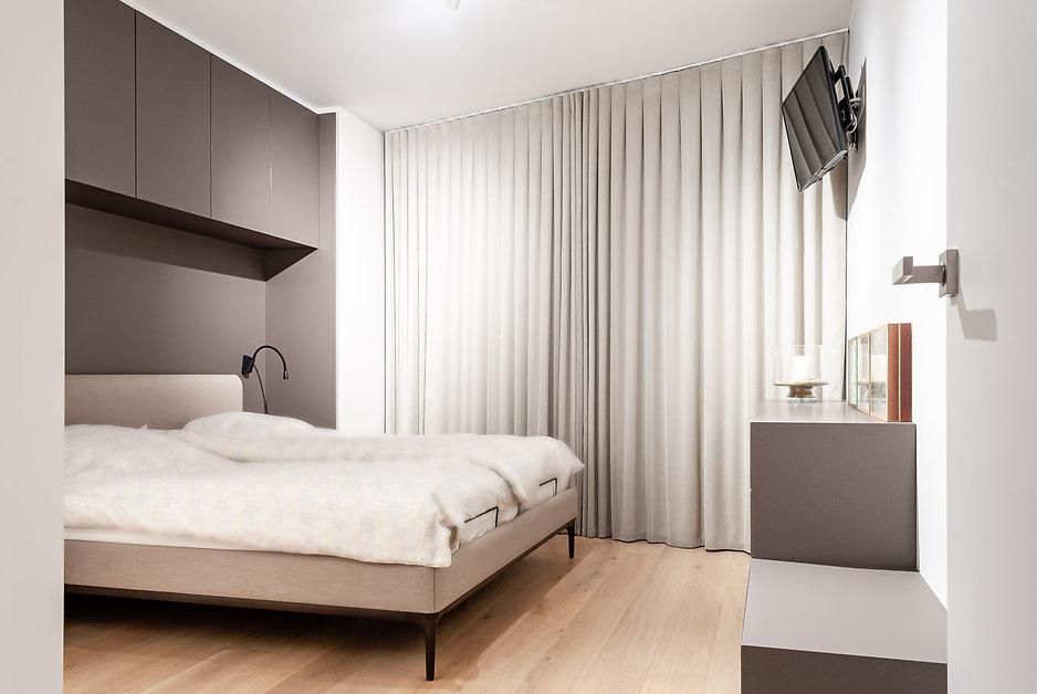 Ontwerp master bedroom in grijs- en beige tinten.