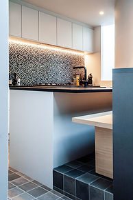 Ontwerp keuken met zitbank voor gezellig samenzijn tijdens het koken. Een halfhoge kast dient als rugleuning.