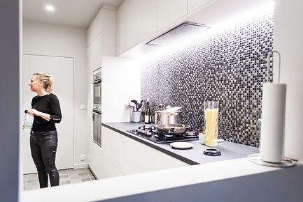 Vanuit de woonkamer kan een blik gewerpt worden in de keuken. Mozaïek als eye-cather.