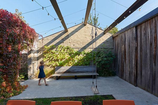 Unieke stadstuin met origineel terras.  Met beperkte ingrepen is het oude tuinhuis een oase van rust geworden en een speelplezier voor kinderen.