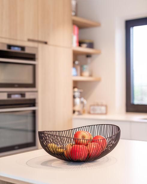Ontwerp keuken. Fruitschaal op keukeneiland.