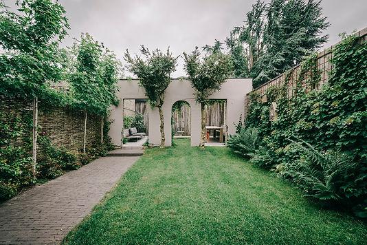 Van het oude tuinhuis werd het dak verwijderd en ingericht als terras achteraan de tuin. Zo is er meer zicht op groen vanuit de woning.