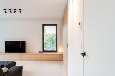 Ontwerp woonkamer. De hoogte van het raam werd afgestemd op het maatwerk.