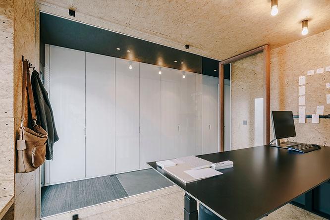 Ontwerp thuiskantoor naast inkom. Materialen en kleuren zorgen voor een creatieve toets.