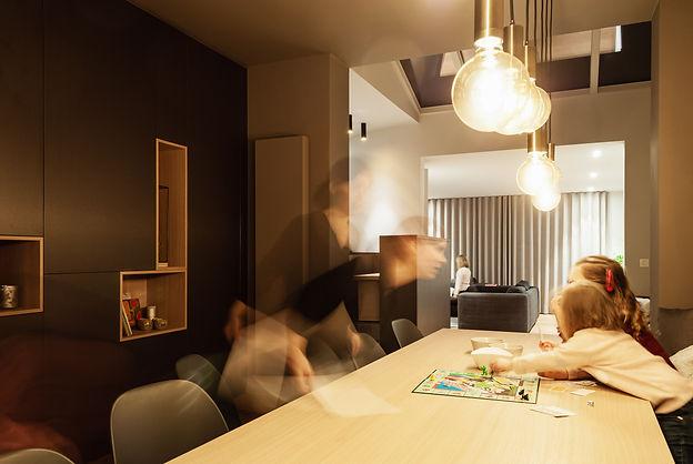 De eetkamer is het hart van de woning. Centraal tussen de andere ruimtes, donkerder voor meer gezelligheid en geborgenheid.