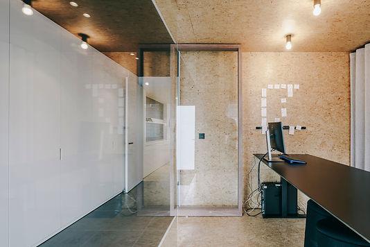 De vroegere voorkamer is verbouwd tot kantoor van 9m². Een glazen wand tussen inkom en kantoor vergroot het ruimtegevoel.