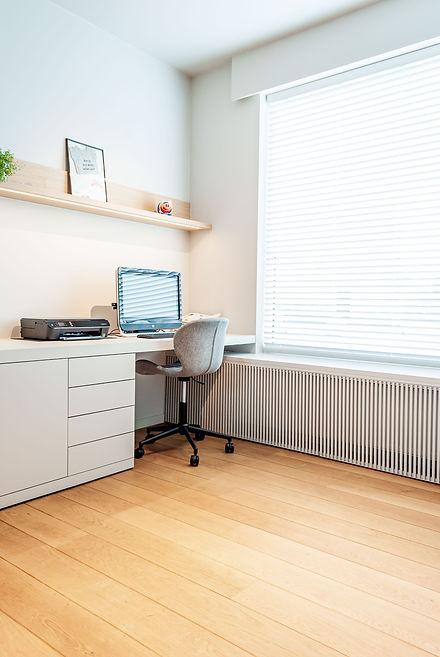 Bureau in de speelkamer. Radiatoromkasting onder het raam. Alles in dezelfde tint voor een rustig geheel. Renovatie parket.