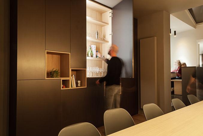 Ontwerp stijlvolle barkast met licht in de eetkamer.