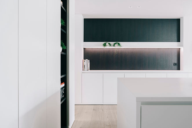 Warm zwart-wit interieur. Zicht vanuit de keuken.