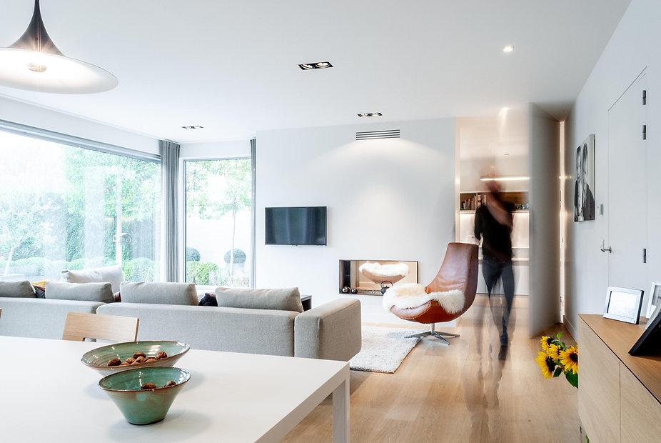 Met beperkte ingrepen werd gezorgd voor eenheid, 'licht', openheid en samenhang tussen de keuken, woonkamer en bureau van deze woning.