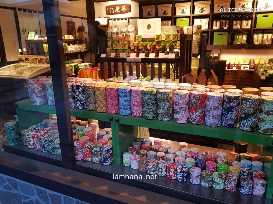 Even without any information, you can buy green tea that is so pretty and good quality on the streets of Omotesando. And everywhere! ini  Omotesan