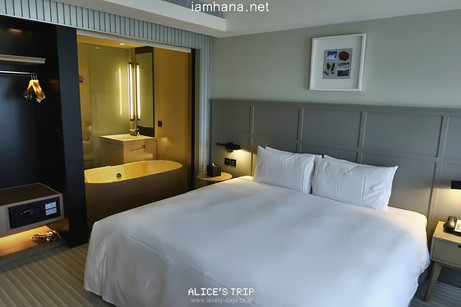 Clean interior and a tub in front of the windows! GREET IN   Kaohsiung hotel(Delux Double Room) + Sn