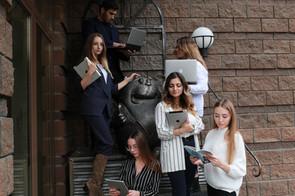"""Студенты группы БИЗ-Б-01-Д-2016-1 во время реализации проекта """"Создание выпускного фотоальбома"""""""