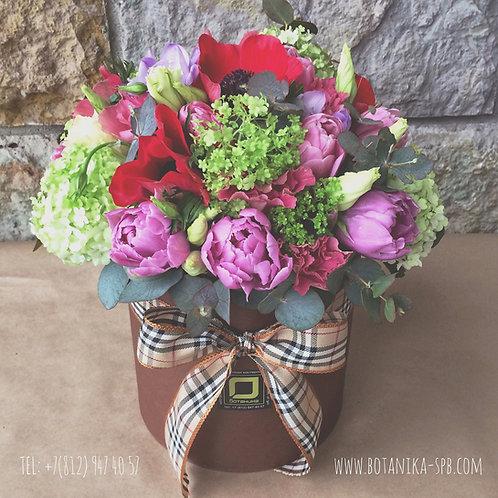 Букет в шляпной коробке с тюльпанами и анемонами. 036