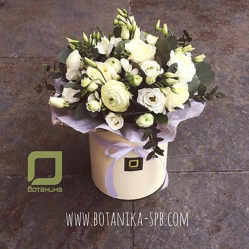 Белый букет цветов в шляпной коробке. 002