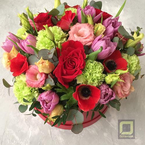 Яркий букет в коробке с тюльпанами и анемонами. 084