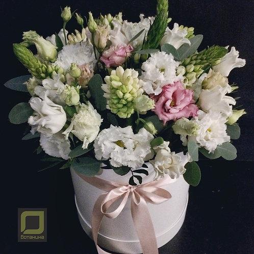 Букет в коробке с весенними цветами. 131