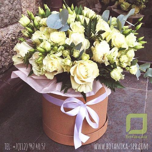Букет белых цветов в большой шляпной коробке. 019